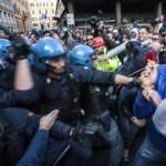"""Operai Ast Terni, il video che contraddice Alfano. La polizia ordina """"caricate"""" contro il corteo pacifico"""