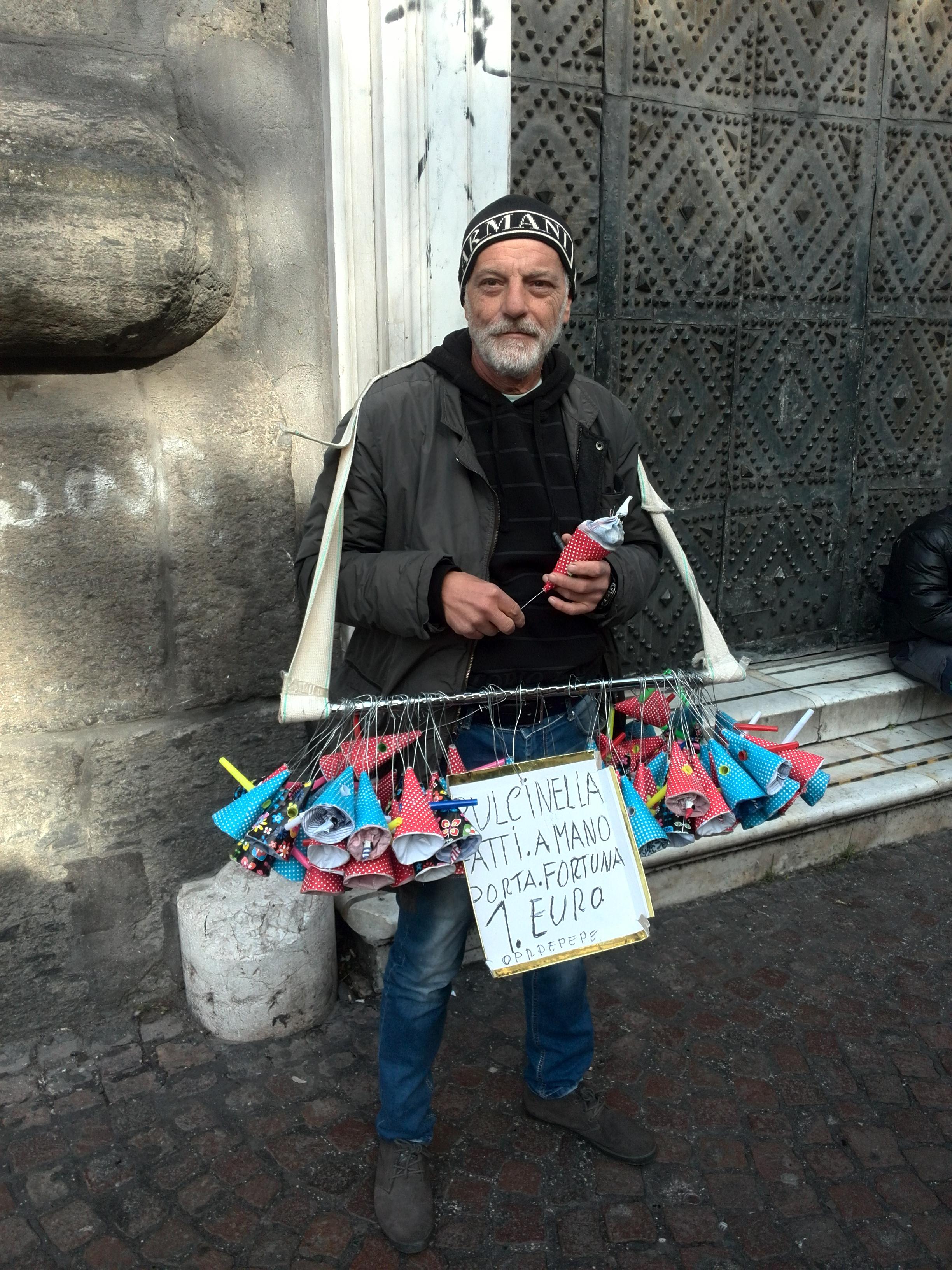 Vittorio Capecchi ha compiuto ottanta anni e augura buona fortuna con il fischietto di Pulcinella