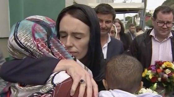 La premier neozelandese Jacinda Arden dopo l'attentato terroristico a Christchurc